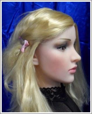 sexy Lara mit goldblondem Haar