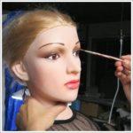 Lara wird geschminkt