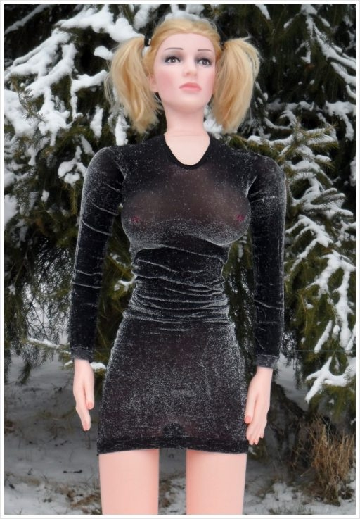 Sexppuppe steht im Schnee und friert